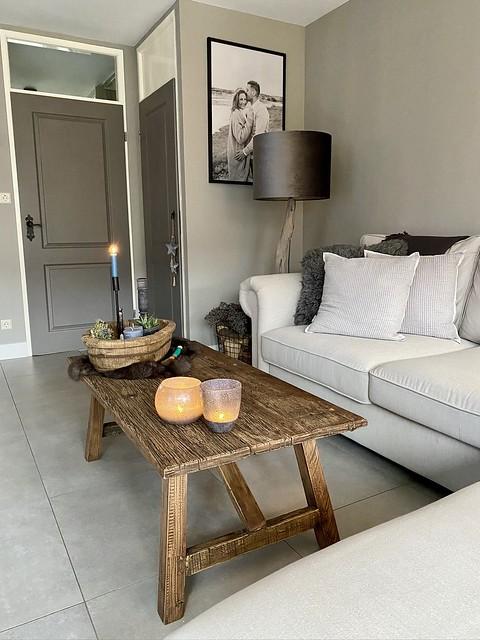 Witte bank, landelijke salontafel, grijze deur, velours lampenkap