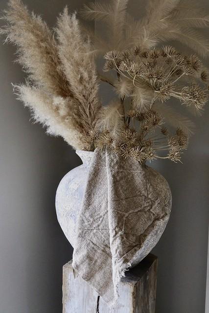Kruik op zuil linnen doek berenklauw Pampasgras pluimen