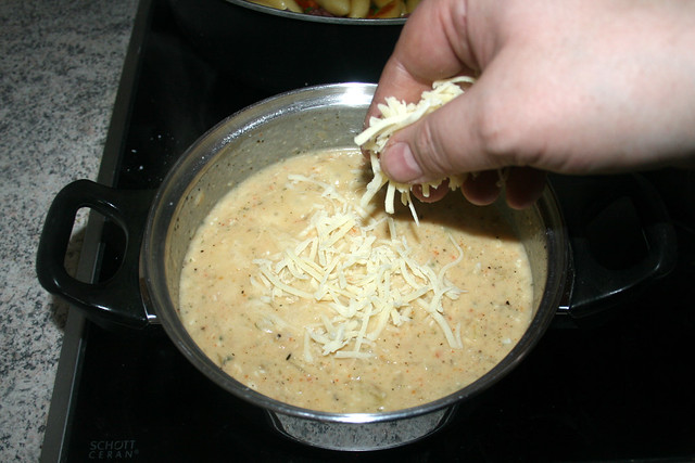 28 - Käse in Sauce schmelzen lassen / Melt cheese in sauce