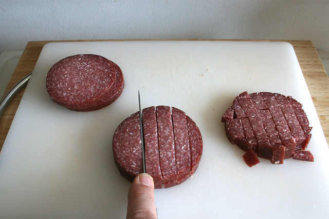 06 - Salami würfeln / Dice salami