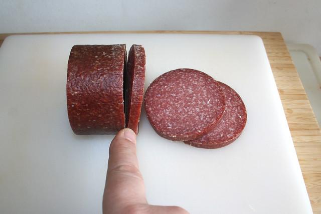 05 - Salami in breite Scheiben schneiden / Cut salami in broad slices
