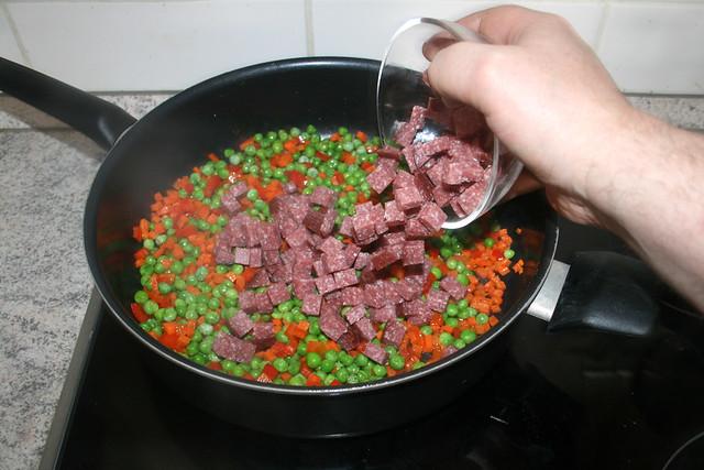 25 - Salamiwürfel in Pfanne geben / Add diced salami