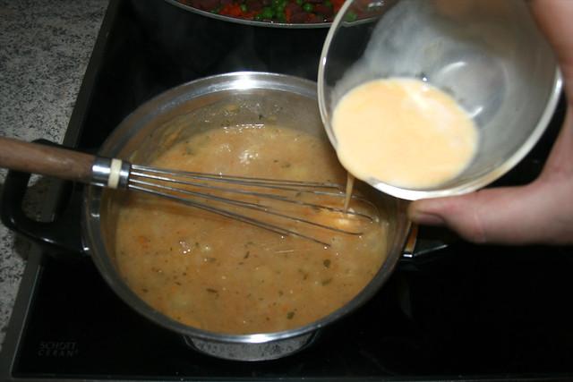 23 - Ei-Milch-Mischung in Sauce rühren / Stir egg milk mix in sauce