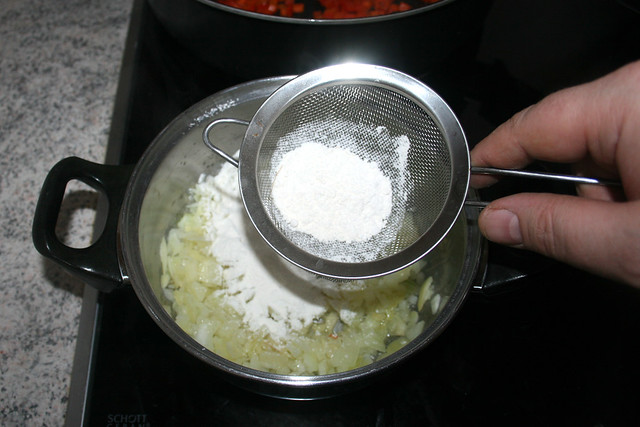 15 - Mit Mehl bestäuben / Dredge with flour