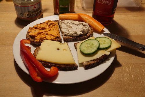 Abendbrot mit Basilikum-Tomate-Brotaufstrich, 4-Pfeffer-Streich und zwei Sorten Käse von der Hofkäserei Kattendorfer Hof