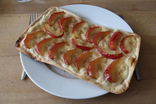 Flammkuchen mit Schmand, Äpfeln, Zimt und Zucker
