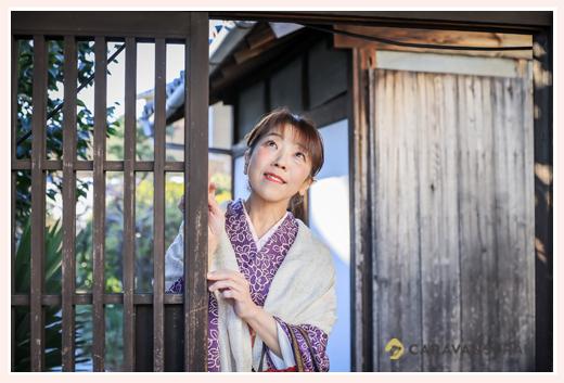古民家の門で佇む女性 着物姿