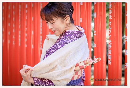 ショールを羽織る和装の女性