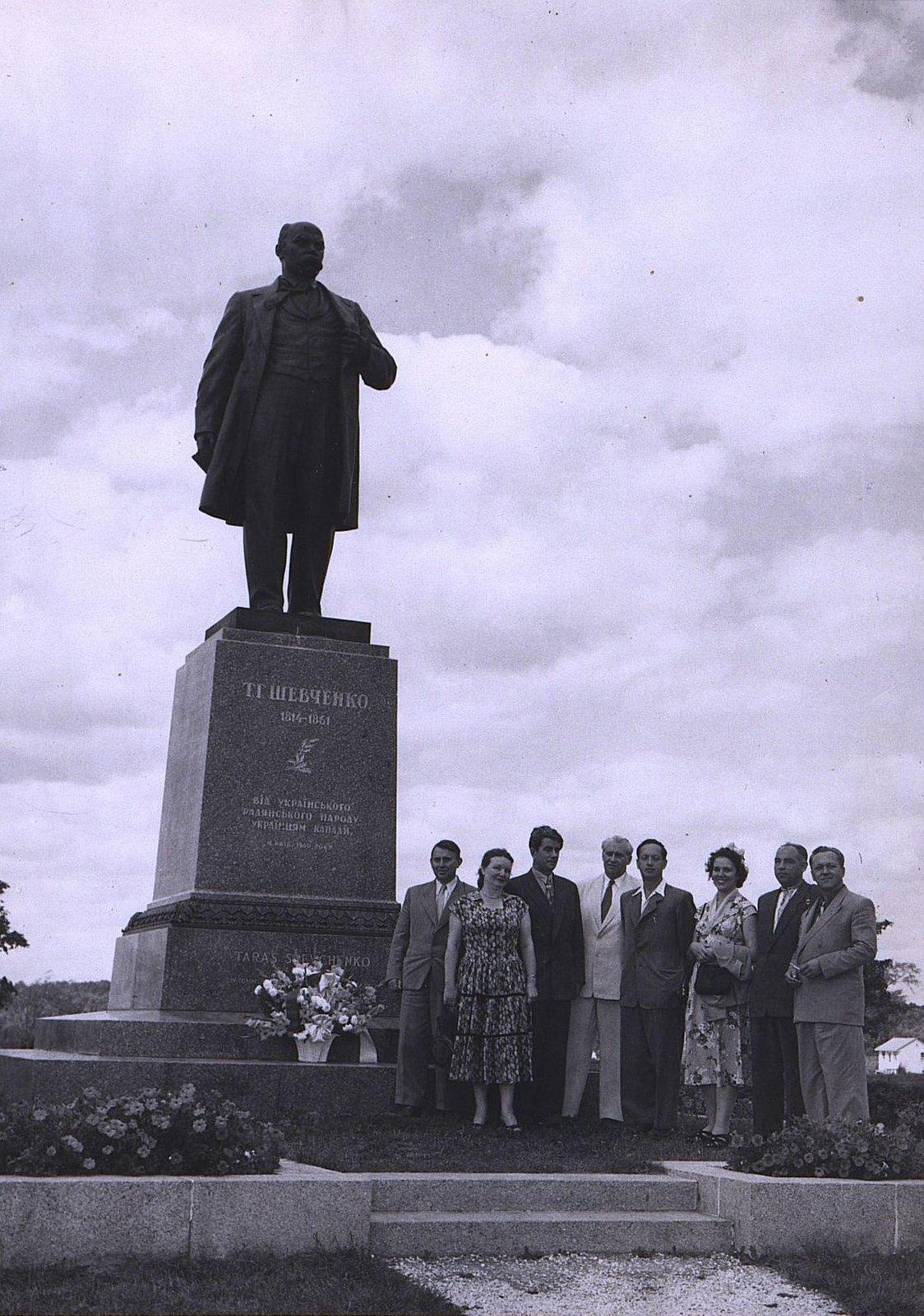 12. 1950-е. Советские геофизики у памятника Т. Шевченко
