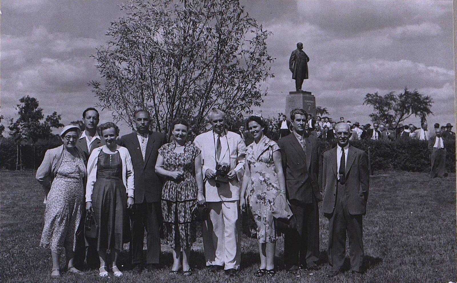 11. 1950-е. Группа гостей из СССР у памятника Т. Шевченко