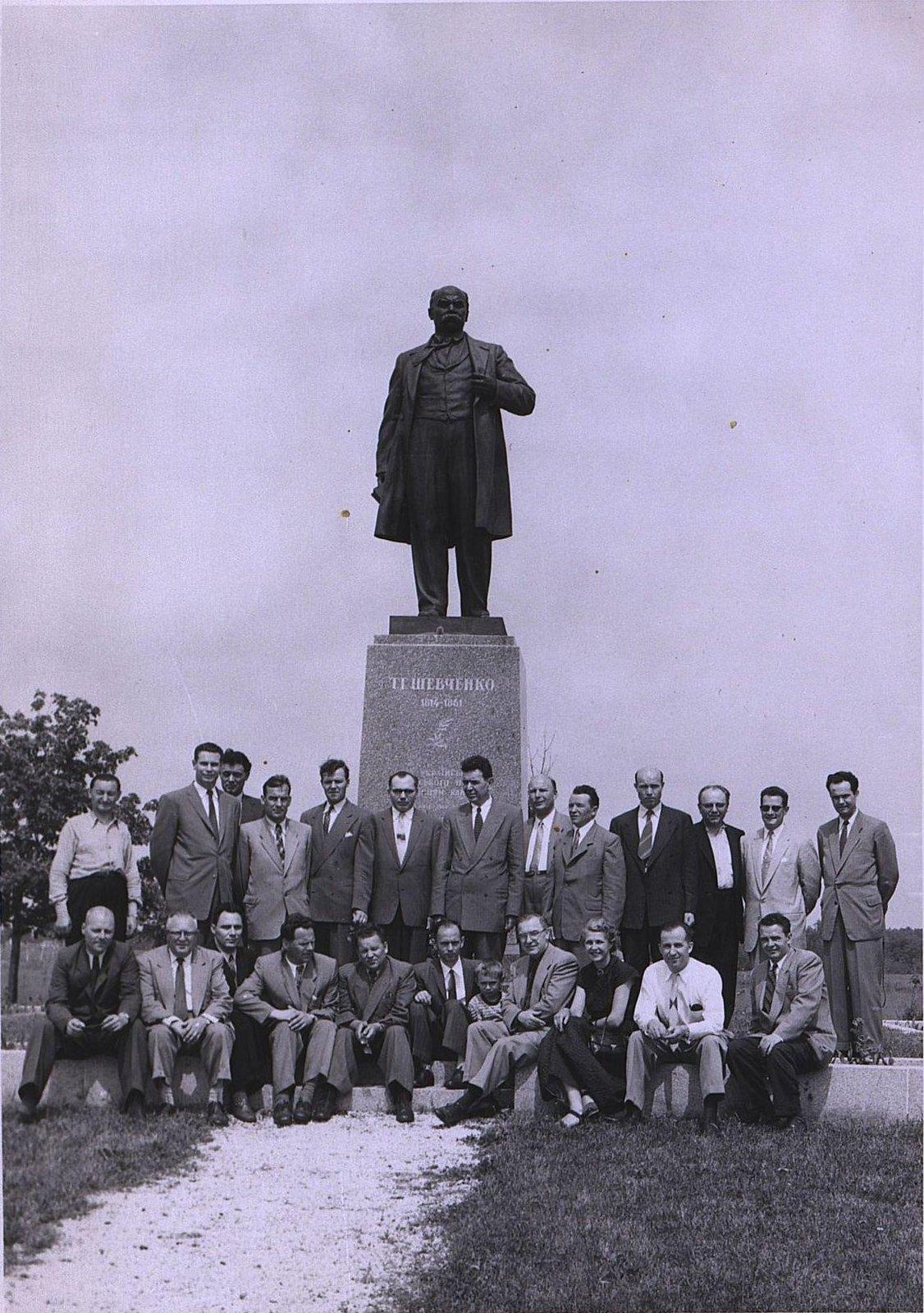 09. 1950-е. Советские летчики у памятника Т. Шевченко