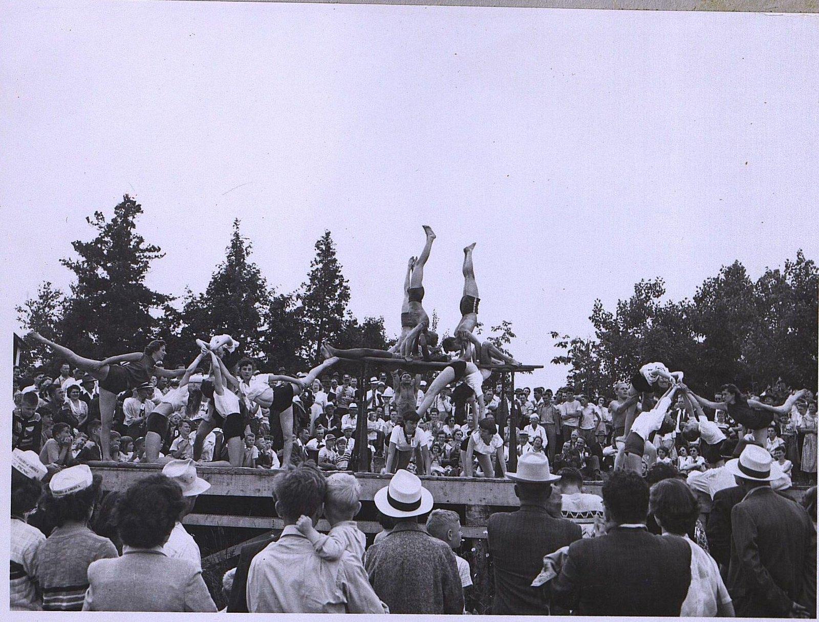 21, 1950-е. Гимнасты. Выступление на отрытом воздухе