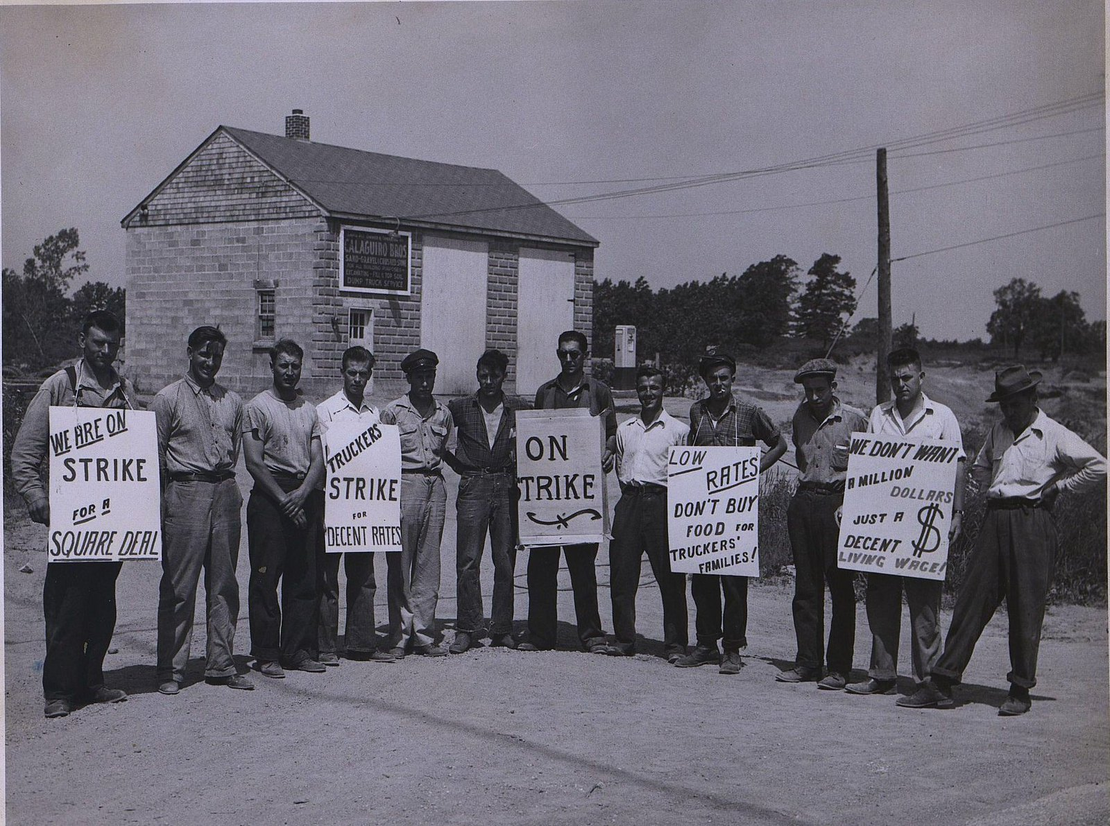 16. 1950-е. Группа бастующих с плакатами