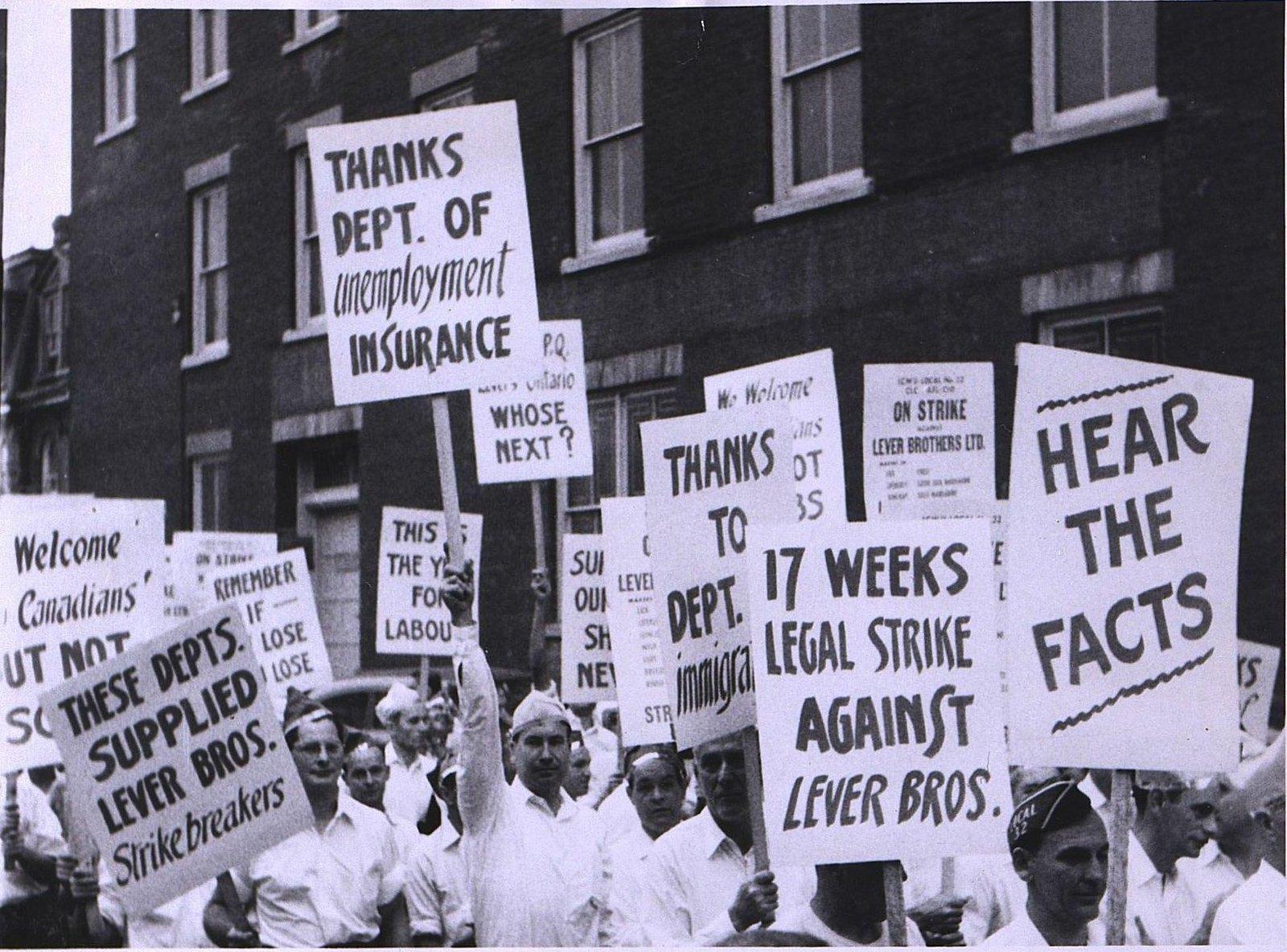 18. 1950-е. Демонстрация у здания фабрики