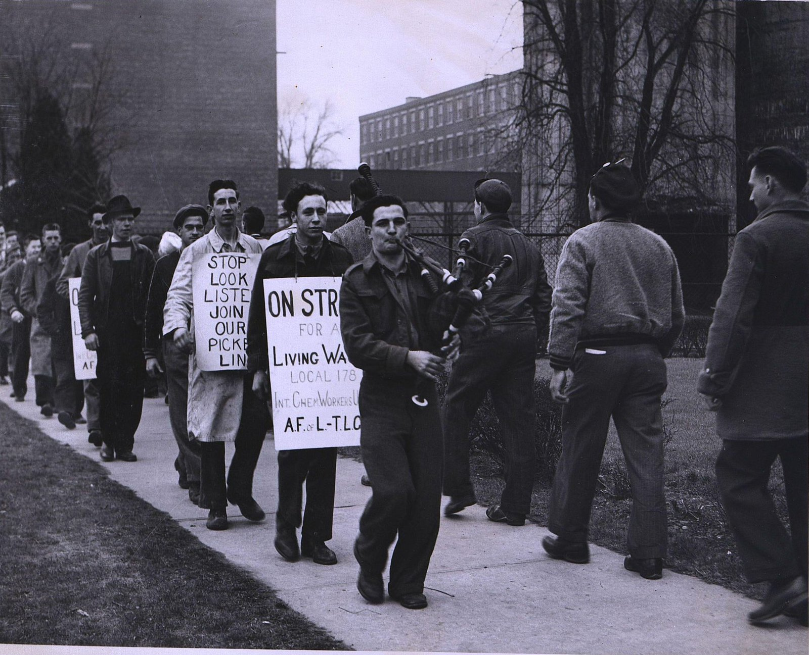 15. 1950-е. «Штрейкбрехеры не пройдут». Демонстрация бастующих