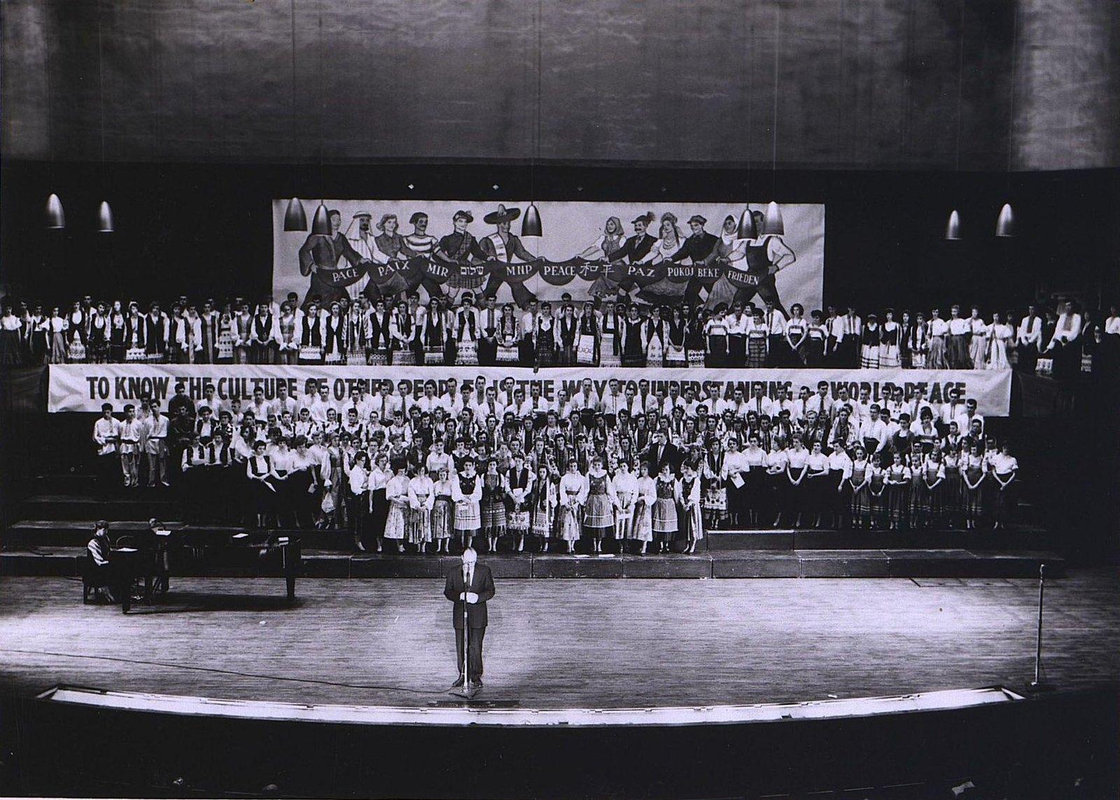 14. 1950-е. «Славяне часто устраивают песенные концерты». Выступление сводного хора
