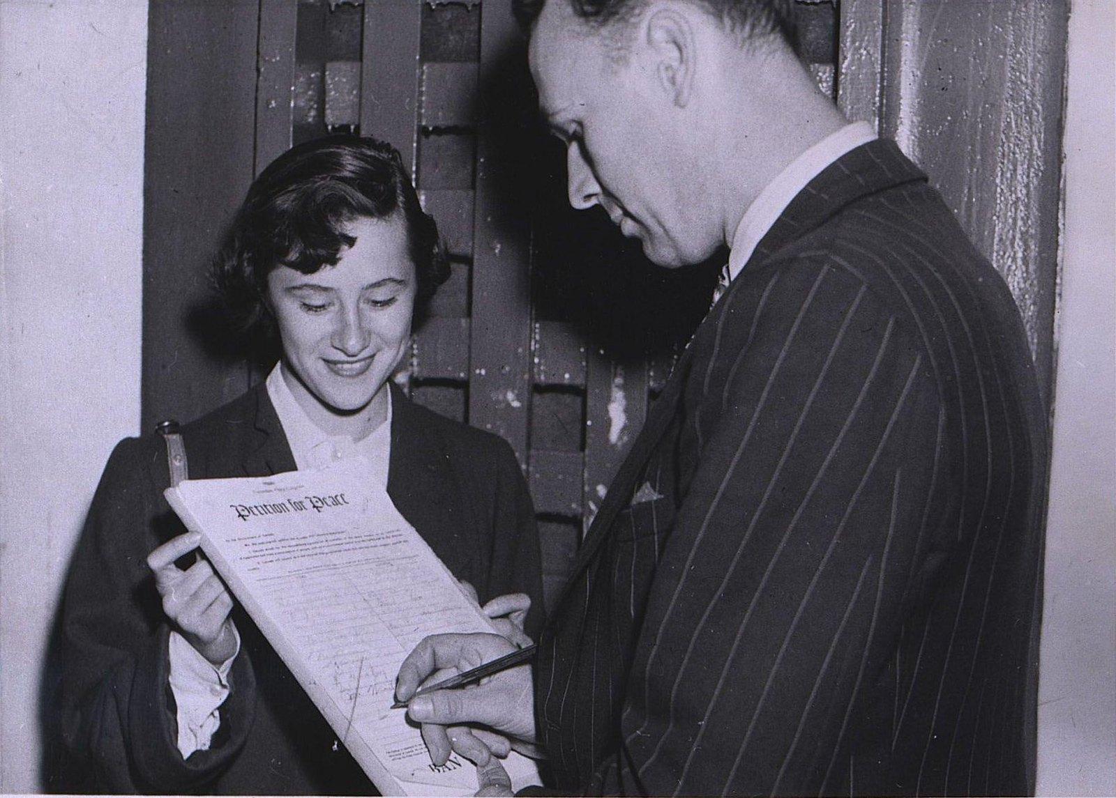 03. 1950. Мужчина подписывает Стокгольмское воззвание