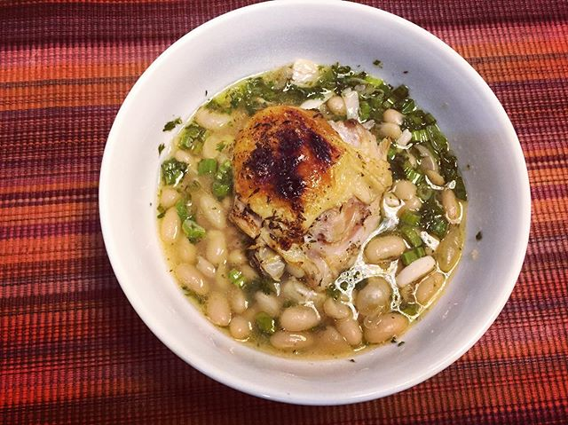 #kvpkitchen Slow cooker Garlic Chicken with white beans. Just followed a super easy @nytcooking recipe(https://ift.tt/2vwU4bE). I used 20 gloves of garlic and garnished it with parsley. NOM! #chicken #slowcooker #kvpaz #homemade #foodstagram #kvpinmybelly