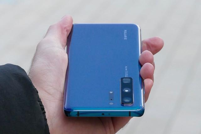 Kézben a Huawei P40 prototípusa