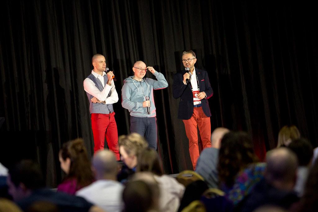 Bartek Popiel, Michał Szafrański iMarek Jankowski objaśniają, jak przebiega sesja Mastermind.
