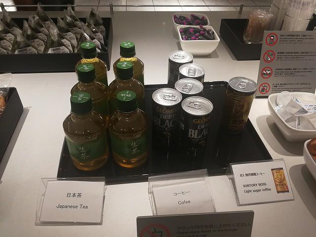 <p>缶コーヒーに日本茶</p>