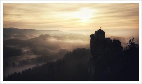 sachsen saxony sächsischeschweiz saxonswitzerland elbsandsteingebirge elbesandstonemountains landschaft landscape natur nature mönch sandstein sandstone sonnenaufgang sunrise nebel morgennebel