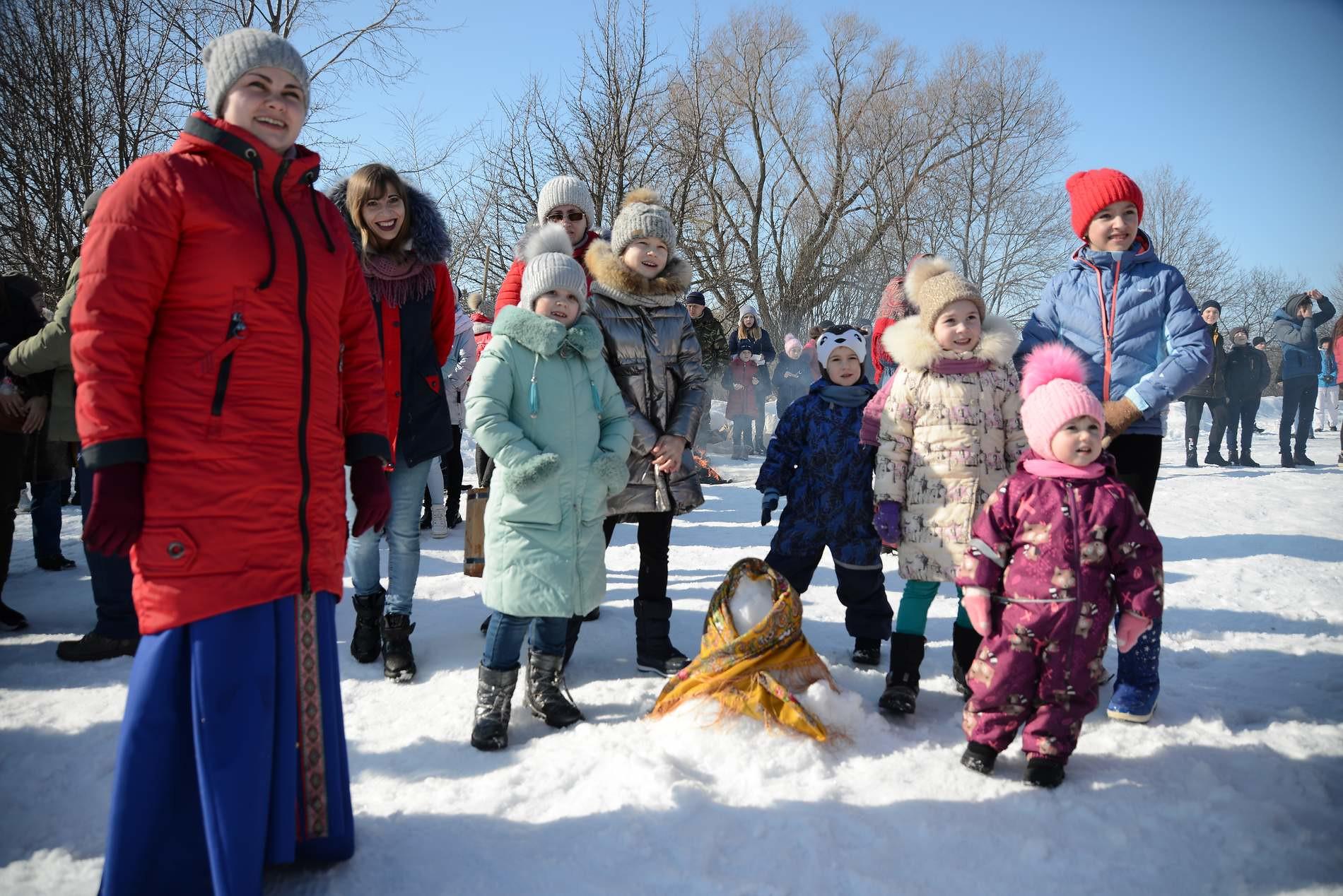 Без блинов под маслом не провести зимы, на песни, шутки, радости, приглашаем мы! Тарханская Масленица
