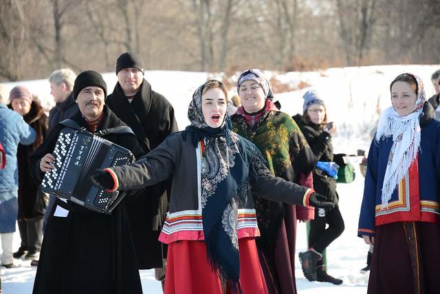 Фольклорный ансамбль музея Тарханы исполняет песни тарханских крестьян, веселит народ. Масленица холода провожает, весну теплую встречает