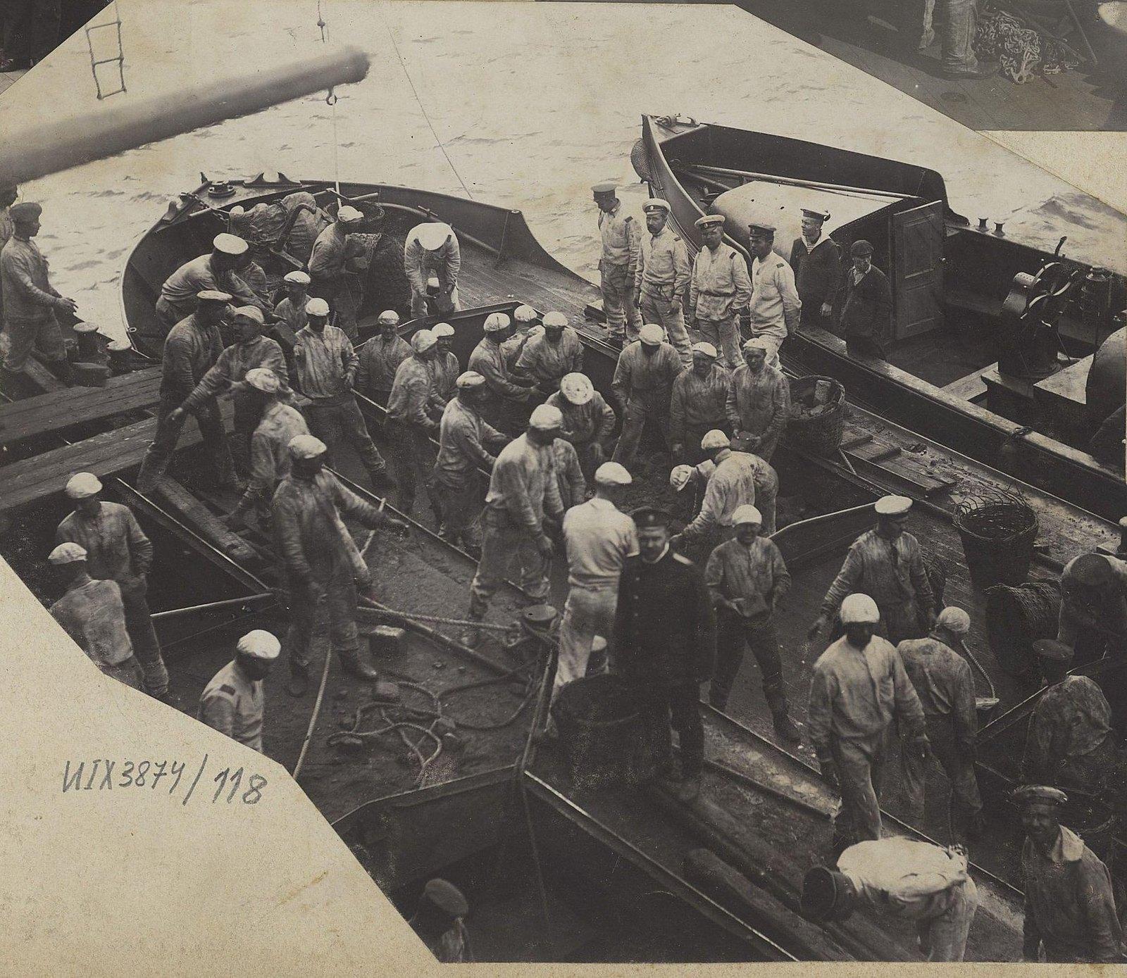 11. Моряки на палубе корабля.