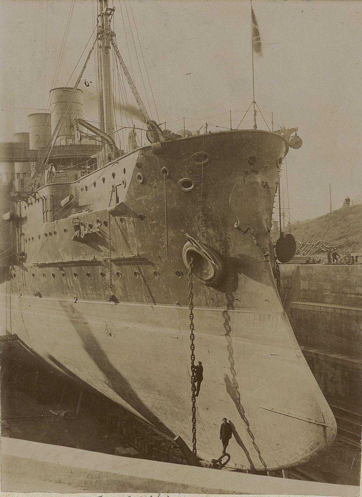10. Корабль в сухом доке. Вид с носовой части