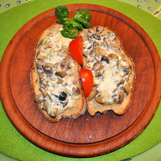 März 2020 ... Knoblauch-Champignon-Brote mit saurer Sahne und Kräutern ... Foto: Brigitte Stolle