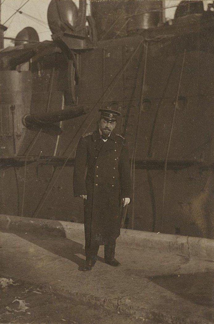04. Офицер около корабля