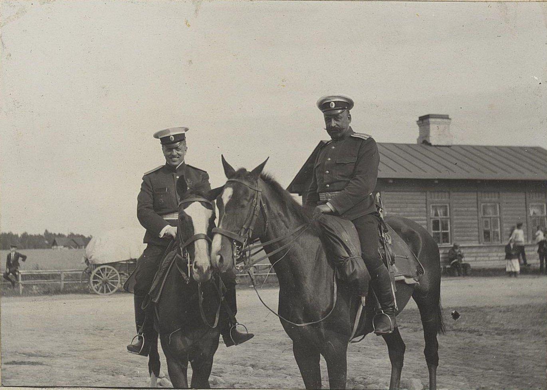 29. Два офицера на конях в сельской местности