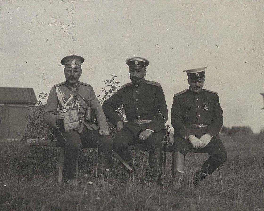 28. Три офицера сидят на лавке