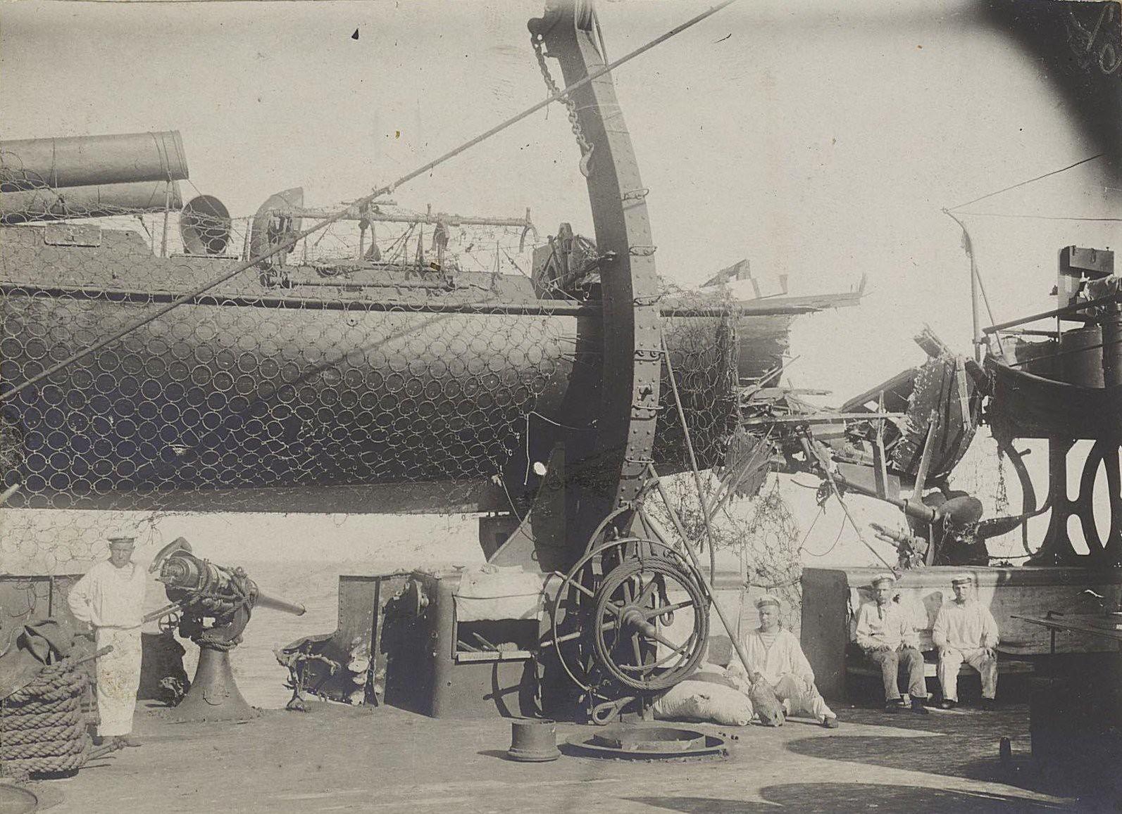 20. Матросы на палубе крейсера