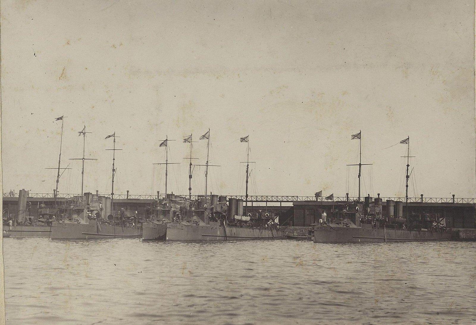 19. Крейсеры в порту