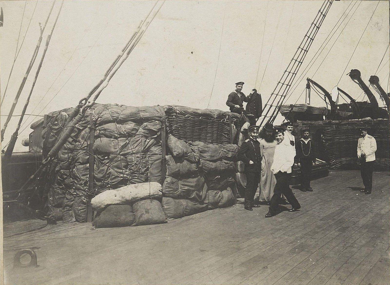 06. Офицеры и корабельный священник на палубе