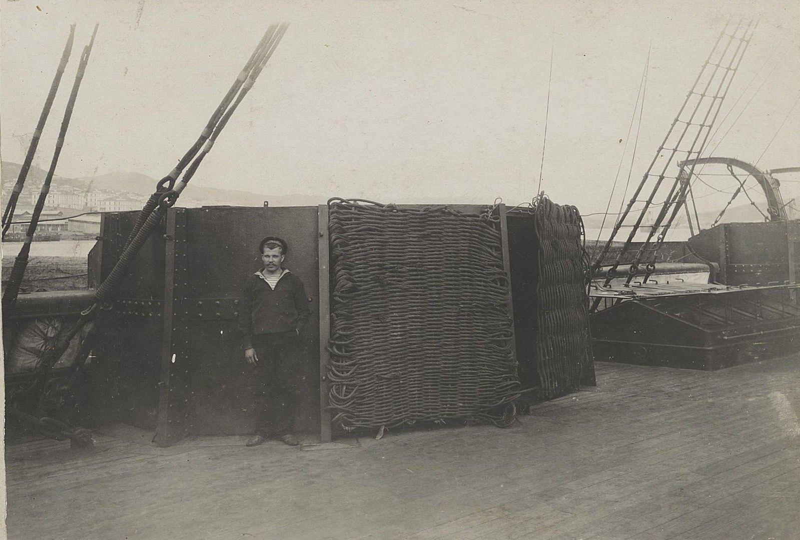 03. Моряк на палубе корабля