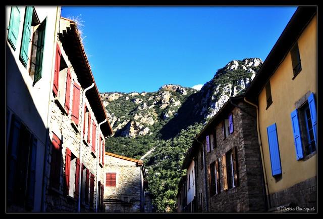 Villefranche-de-Conflent village entouré par les montagnes