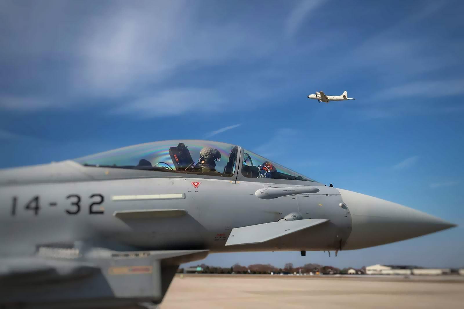 Eurofighter con P.3 Orión al fondo