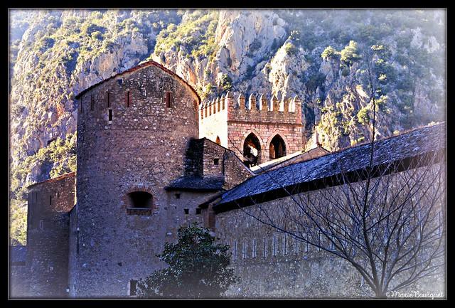 Remparts extérieurs de Villefranche-de-Conflent et le clocher à l'intérieur