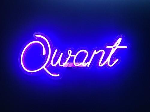 Neon affichant le mot Qwant