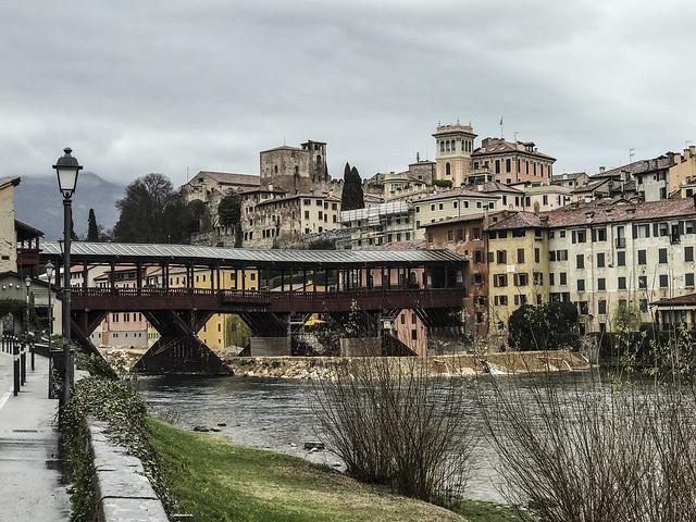 Bassano del Grappa : Panorama della città e Ponte Vecchio di Andrea Palladio  1569 .