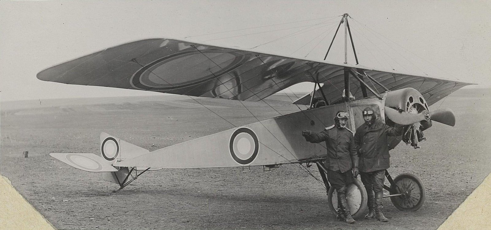 1914. Два лётчика у пропеллера самолёта