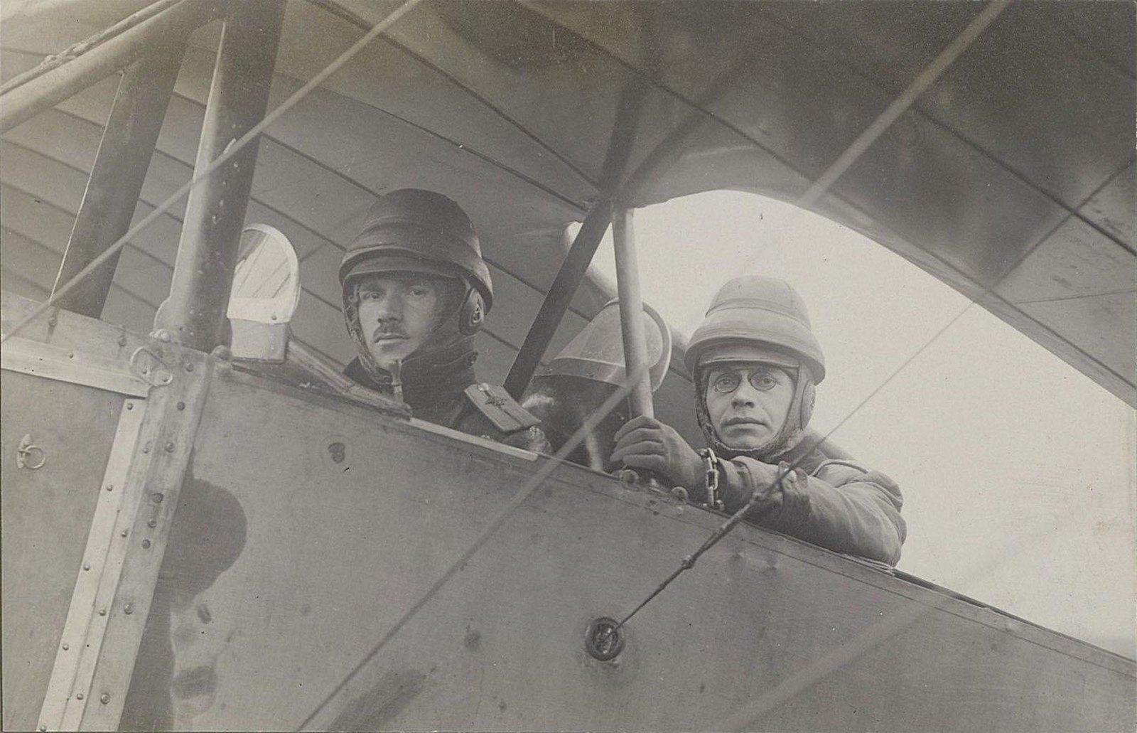 1915. Два лётчика в шлемах