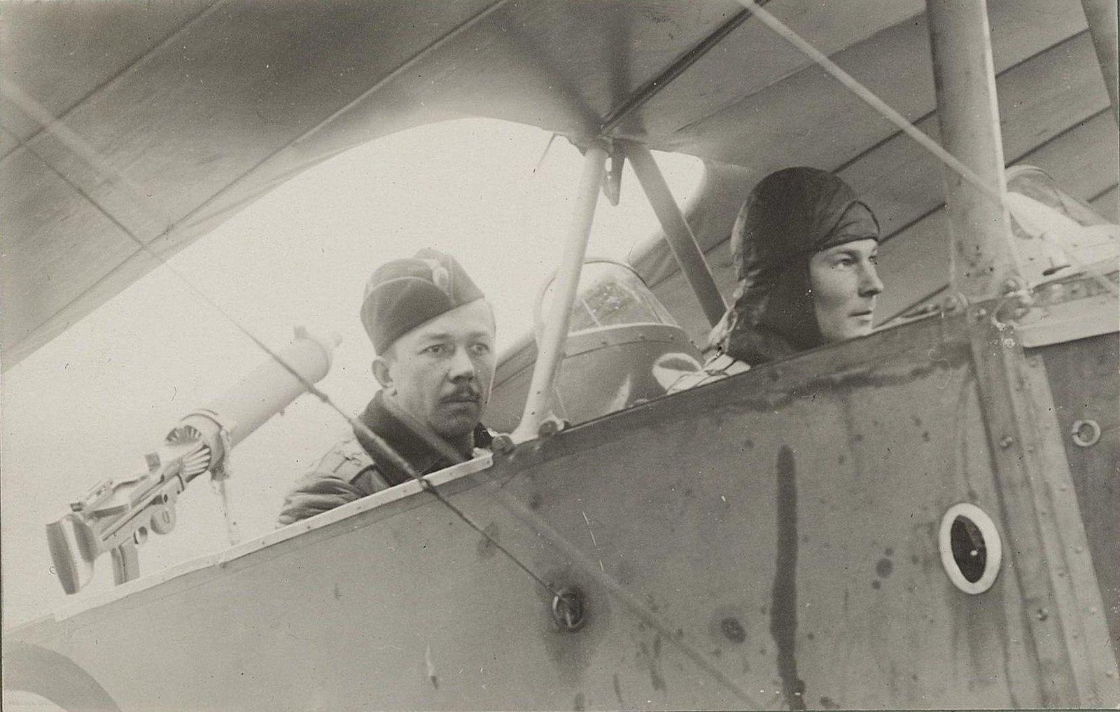 1915. Два лётчика в кабине самолёта.