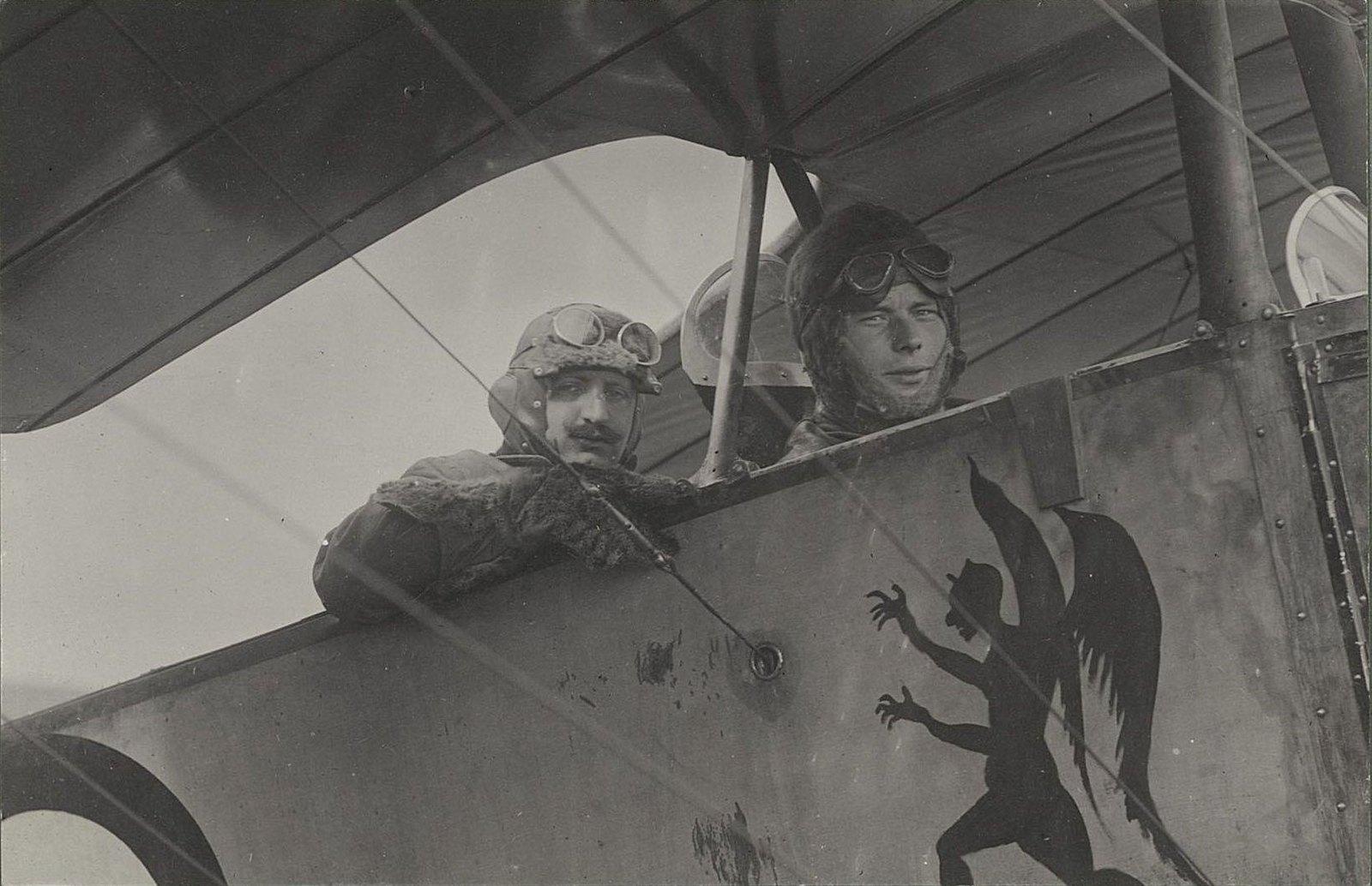 1915. Лётчик Фомин и наблюдатель Буцкевич в кабине самолёта