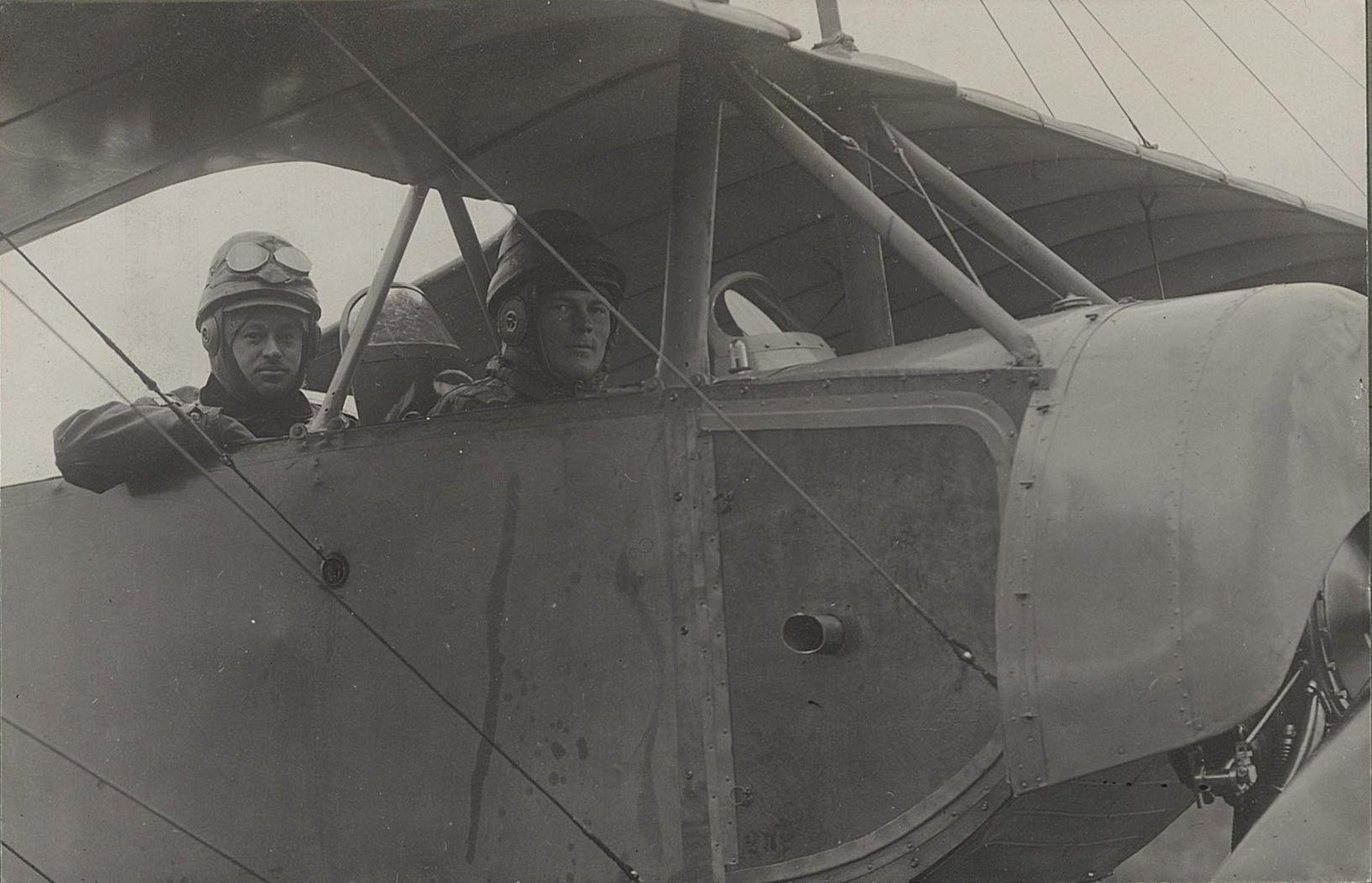 1914. Два лётчика в кабине самолёта