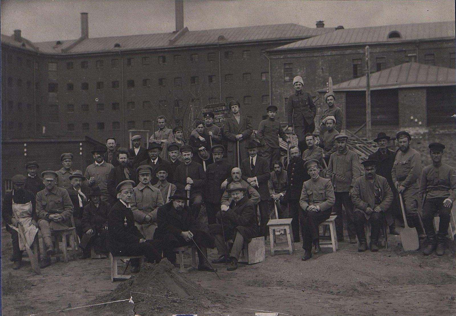 32. Групповое фото у здания тюрьмы