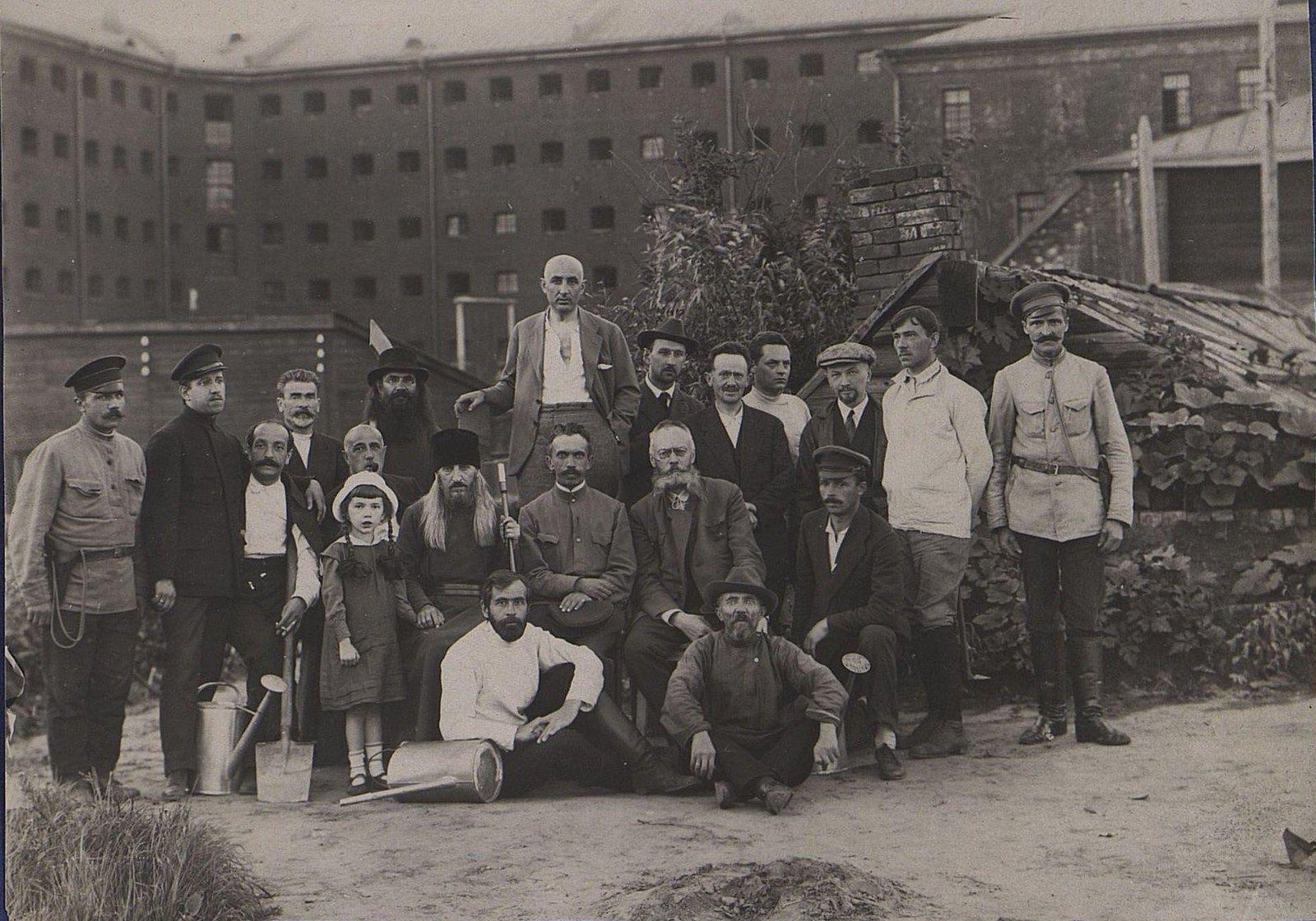 26. Групповое фото у здания тюрьмы